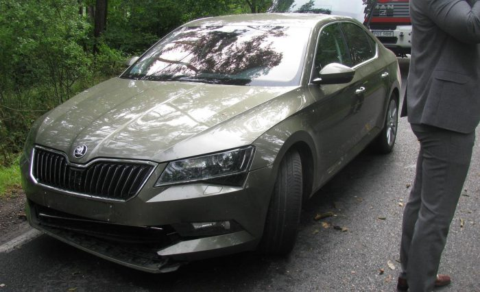 Samochód-uszkodzony-przez-drzewo-Ostrzeszów_02
